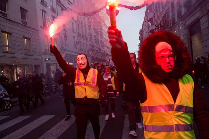 Un rassemblement de «gilets jaunes» rue du Faubourg Saint-Honoré, à proximité du palais de l'Elysée, à Paris, le 17 novembre.