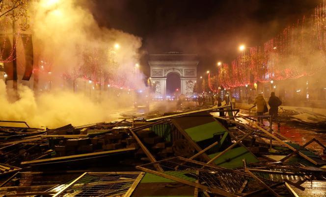 Les Champs-Elysées, après le rassemblement de « gilets jaunes» du 24 novembreà Paris.