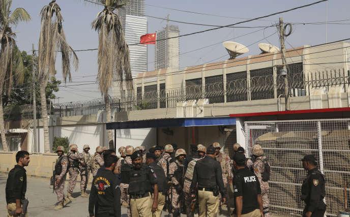 Devant le consulat chinois à Karachi, le 23 novembre.
