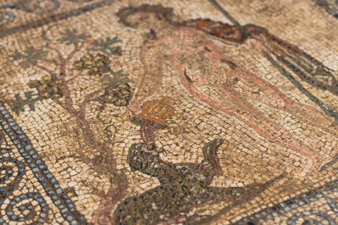 Sainte-Colombe. Vue du médaillon central de la mosaïque de la maison dite des Bacchantes dans une pièce de 70 mètres carrés.