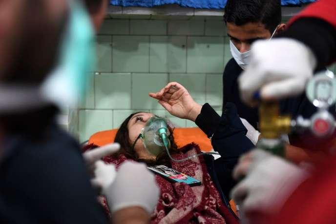 Une femme traitée en urgence dans un hôpital d'Alep (Syrie), après une possible attaque aux « gaz toxiques», le 24 novembre.