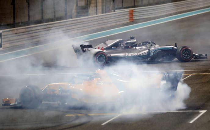 Fernando Alonso (McLaren) et Lewis Hamilton (Mercedes) font «danser» leurs F1, le 25novembre à Abou Dhabi.