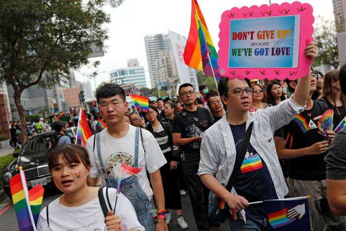 Les militants des droits LGBT ont manifesté samedi 25 à Kaohsiung après les résultats du référendum en défaveur du mariage pour les couples homosexuels.