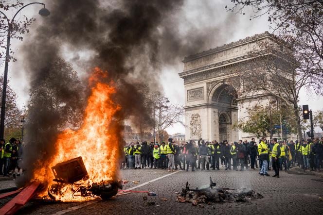 La tête du cortège des « gilets jaunes», sur la place de l'Etoile en haut des Champs-Elysées, en début d'après-midi, le 24 novembre.