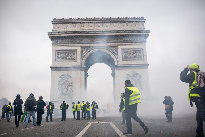 Les CRS avaient lancé des lacrymogènes dès 10heures pour disperser les milliers de «gilets jaunes» sur les Champs-Elysées, le 24 novembre.