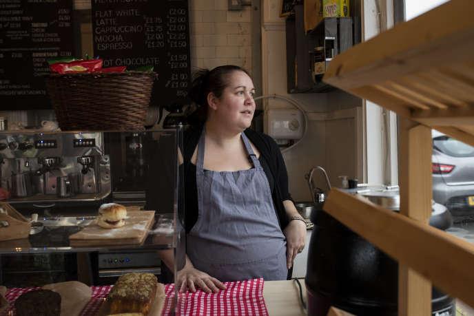 Kirsty Hunt, 33 ans, employée dela boulangerie-café coopérative«Homebaked», à Liverpool.  «Ce que les gens se disaient dans le quartier, c'est que les étrangers prenaient les boulots qu'on n'avait pas, et qu'il fallait que ça s'arrête. Reprendre les commandes, etc. Excusez-moi, mais c'est des conneries tout ça: on fait se battre des pauvres contre d'autres pauvres, c'est tout.»
