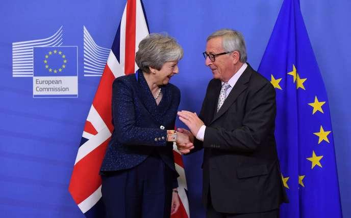 Ultime rencontre avant la signature de l'accord sur leBrexit entre Theresa May etJean-Claude Juncker, à Bruxelles, le 24 novembre.