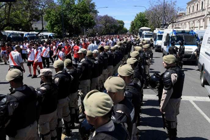 Forte escorte policière dimanche 25 novembre à Buenos Aires.