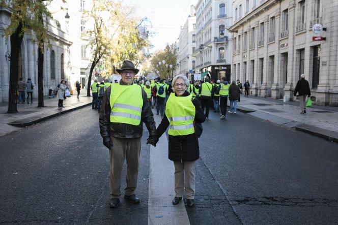 Maurice Nicolle, 83 ans retraité : «Ce qui m'écœure ce sont les dépenses fastueuses du gouvernement et du chef de l'État.» et Thecla Alzapiedi, 70 ans : «Je n'aime pas du tout le personnage Macron, il est très suffisant et superficiel.» Lyon, le 24 novembre.