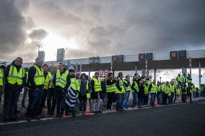 Manifestation au péage de la Gravelle entre Rennes et Paris. Les «gilets jaunes» tiennent le péage ouvert pour le rendre gratuit samedi 24 novembre.