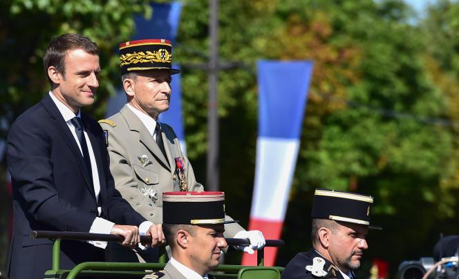 Emmanuel Macron et le chef d'état-major des armées, Pierre de Villiers, le 14 juillet 2017, lors du défilé militaire de la Fête nationale.