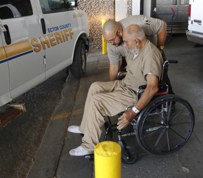 Samuel Little quitte le tribunal d'Ector County, à Odessa (Texas), en chaise roulante, le 26novembre.