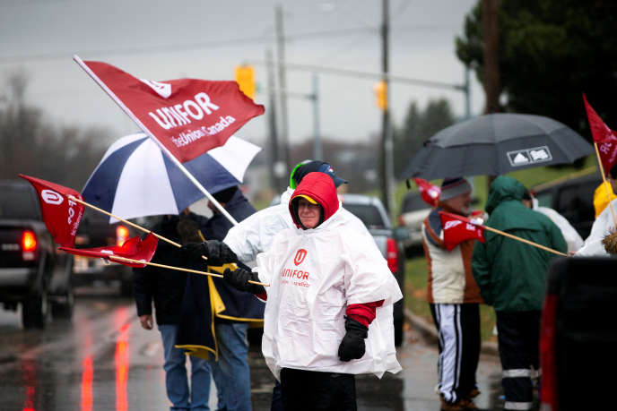 Manifestation devant le General Motors d'Oshawa, au Canada, lundi