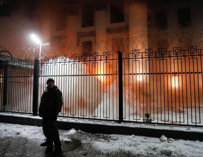 A Kiev, dimanche soir, plusieurs dizaines de manifestants hostiles se sont rassemblés devant l'ambassade russe.