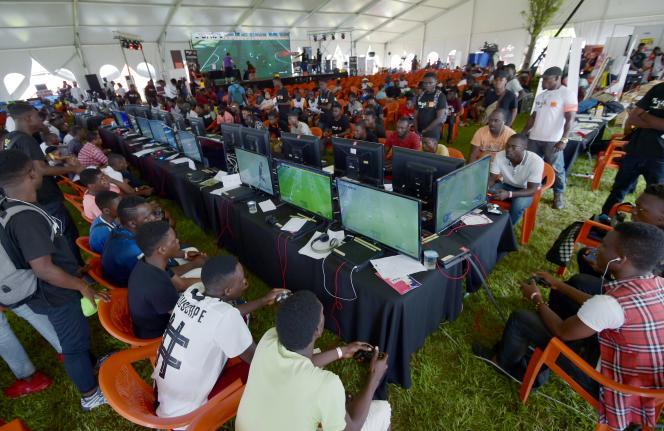 Pendant le tournoi de «PES» (un jeu de football) organisé par leFestival de l'électronique et du jeu vidéo d'Abidjan, en Côte d'Ivoire, le 24novembre2018.