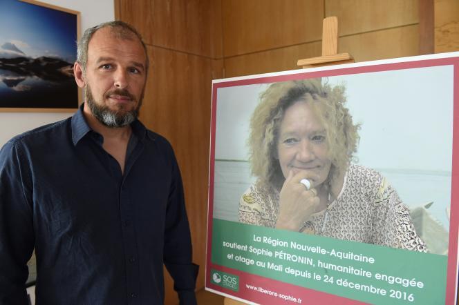 Sébastien Chadaud-Pétronin avec une photo de sa mère, le 29août 2018àBordeaux. La Française Sophie Pétronin avait 71ans lors de sonenlèvement, en décembre 2016.