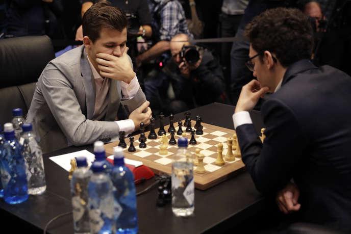 Le Norvégien Magnus Carlsen face à l'Américain Fabiano Caruana, mercredi 28 novembre à Londres.