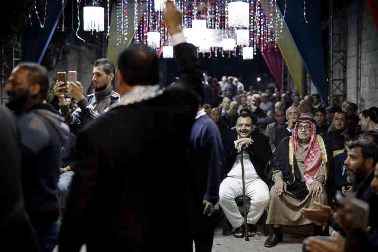 Le mariage est une occasion rare de se distinguer, de donner socialement de ses nouvelles, de consolider la hamula (grandes familles palestiniennes). Les autorités ont lancé une campagne de prévention, peu remarquée, pour réduire les frais de mariage et choisir une cérémonie modeste.