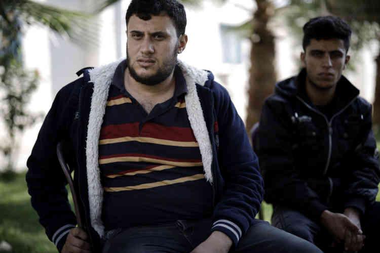 Farek Totah, 27 ans (à gauche) détenu au centre de Zeitoun. Il a perdu son travail alors qu'il avait contracté un crédit important pour son mariage. Il nous confie :« J'avais déjà 25 ans, le temps pressait, je devais me marier. »