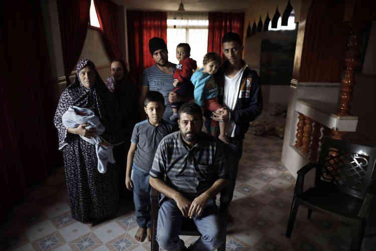 Le 6 novembre. La famille Al-Bohissi dans son appartement vide du camp de réfugiés de Deir Al-Bala. Pour rembourser les crédits contractés pour les noces du fils aîné Mahmoud (au centre, avec le bonnet noir), la famille a dû vendre tous ses biens et vivre dans un appartement vide, à l'exception de la chambre des jeunes mariés.