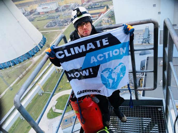 Un activiste de Greenpeace au sommet de la cheminéede la centrale de Belchatow, le 27 novembre 2018.