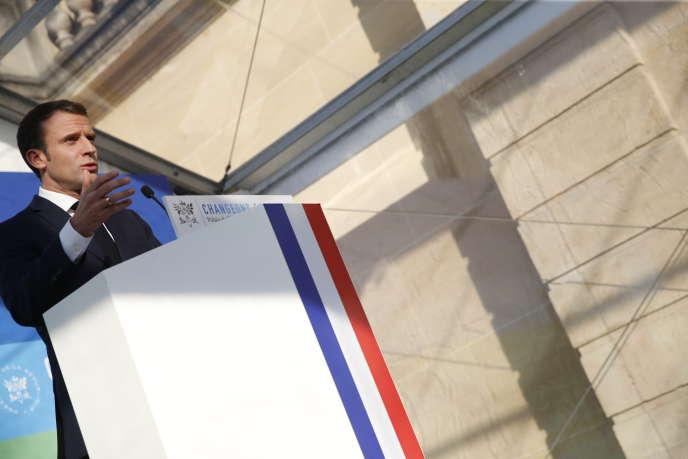 Pendant le discours d'Emmanuel Macron, à l'Elysée, le 27 novembre.