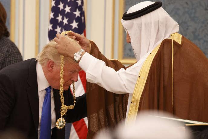 Le roi Salman remet une médaille d'honneur à Donald Trump, en 2017.