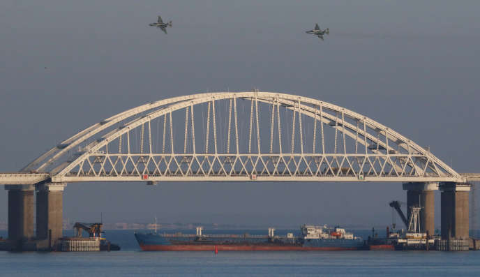Des avions de chasse russes au-dessus du pont reliant la Russie à la Crimée, le25novembre 2018.