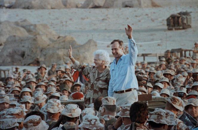 George Bush et son épouse Barbara avec des militaires américains, en Arabie saoudite, le 22 novembre 1990.