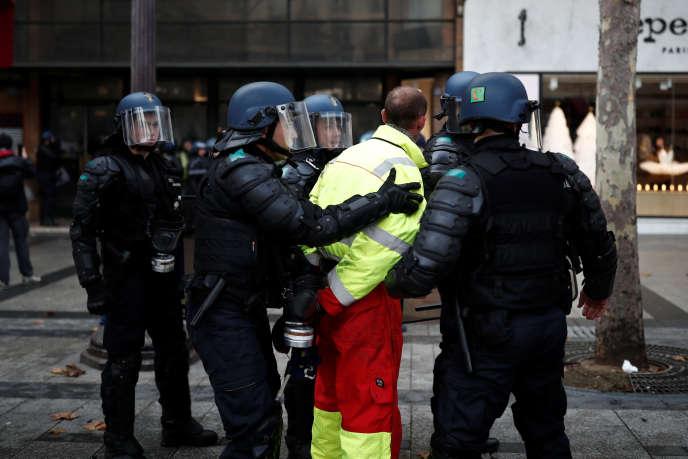 Interpellation d'un homme lors de la manifestation des« gilets jaunes» sur les Champs-Elysées à Paris, le 24 novembre.
