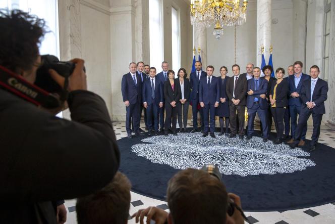 Emmanuel Macron pose avec Edouard Philippe, ses ministres et les membres du Haut Conseil pour le climat à l'Elysée à Paris, le 27 novembre 2018.
