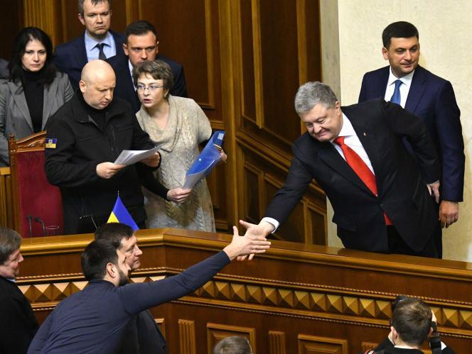 Le président ukrainien, Petro Porochenko félicité par un député après le vote de la loi martiale, à Kiev, le 26 novembre.