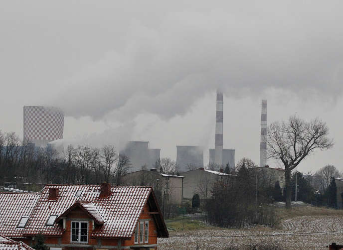 Des cheminées de la centrale de chauffage et d'électricité de Bedzin, près de Katowice, en Pologne, le 21 novembre.