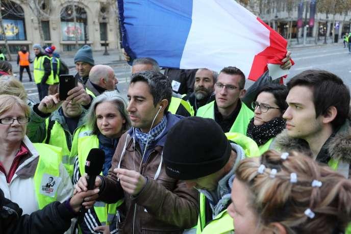 Le député François Ruffin aux côtés des «gilets jaunes» de de la Somme à Paris le samedi 24 novembre.