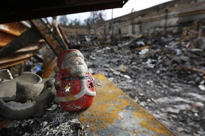 Une décoration de Noël dans un magasin détruit par l'incendie « Camp Fire» dans la ville de Paradise, en Californie, le 26 novembre 2018.