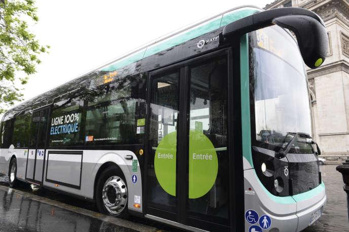Un bus électrique de la RATP, place de l'Etoile à Paris, le 30 mai 2016.