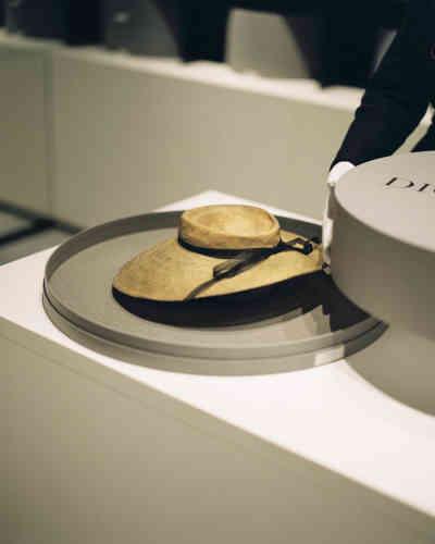 Chapeau de 1949 dans sa boîte faite sur mesure qui évite d'avoir à manipuler l'objet.