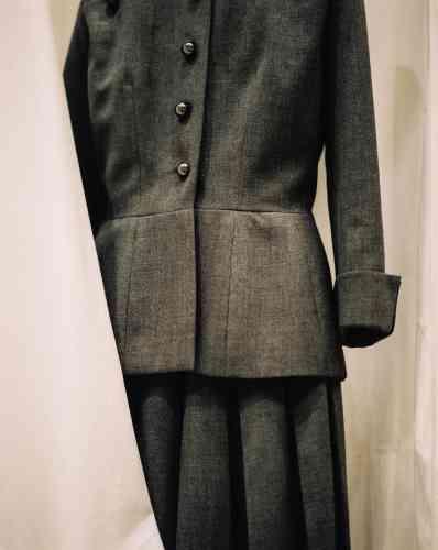 Ensemble gris macadam (ligne Corolle) haute couture, printemps-été 1947.