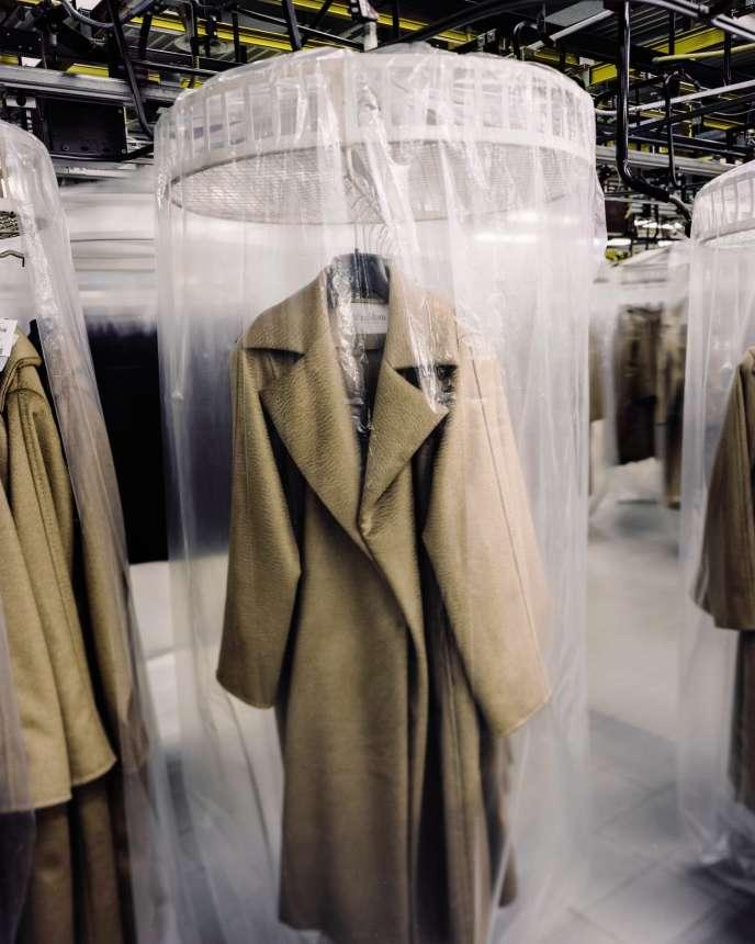 Les vestes et les manteaux, dont le fameux 101801 aux manches kimono, sont fabriqués à l'usine San Maurizio.
