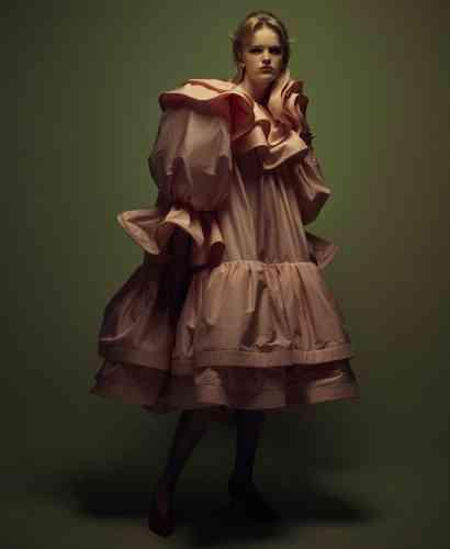 Robe en taffetas de soie, Marc Jacobs. Petite créole en or, H Samuel. Escarpins en cuir vernis, Aeyde.