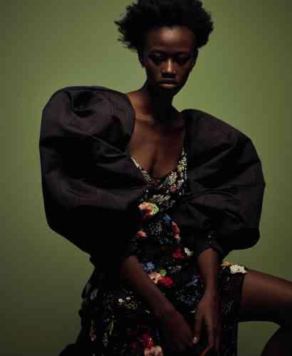 Robe en satin de soie et broderies, Versace. Manches bouffantes en soie, Ashley Williams. Créoles Antifer en or noir pavé de diamants, Repossi.