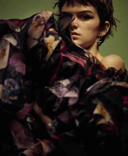 Robe en organza de soie Dolce & Gabbana. Créole croix en argent et diamants, Luv Aj. Créole en argent, H Samuel.