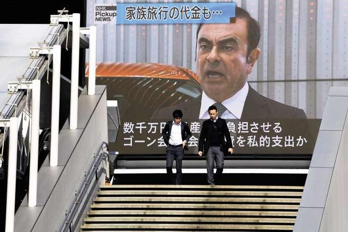 Un écran diffuse des informations sur l'affaire Carlos Ghosn dans les rues de Tokyo, le 21 novembre.