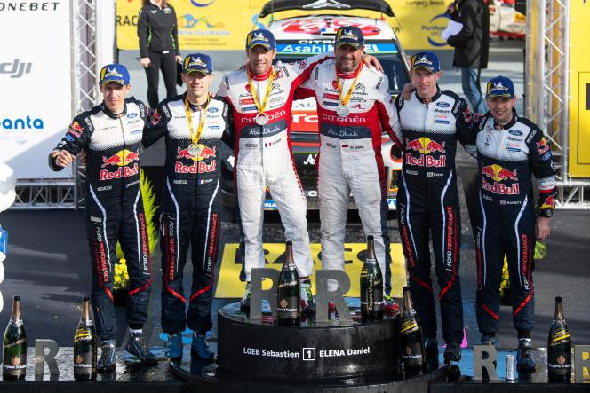 Sur le podium du rallye d'Espagne, à Salou le 28 octobre, les équipages Sébastien Loeb-Daniel Elena (1er), Sébastien Ogier-Julien Ingrassia (2e) et Elfyn Evans-Daniel Barritt (3e).