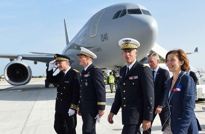 Philippe Lavigne (de face) avec la ministre des armées Florence Parly, à Istres, le 19 octobre.