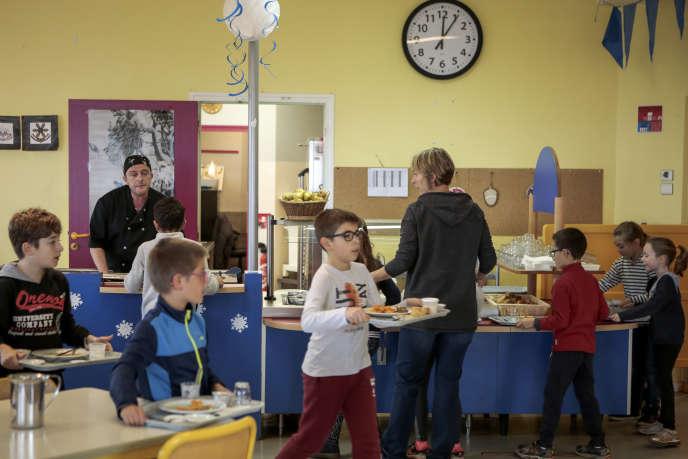 Le chef gérant de la cuisine scolaire, Patrice Michalon, 41 ans, a travaillé douze ans à la tête d'un restaurant lyonnais. En 2016, il a proposé de reprendre la cantine de Sourcieux-les-Mines (Rhône) en autogestion.