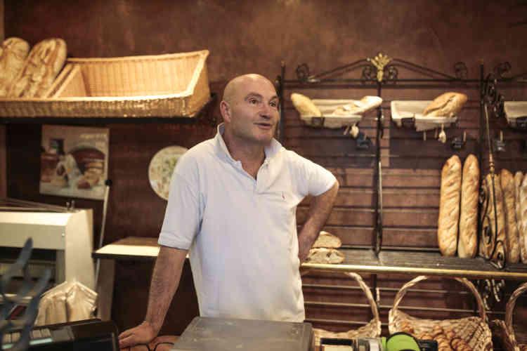 Olivier Millant, 56 ans, a ouvert la boulangerie il y a un an, pour une reconversion. Les commandes de la cantine ne représentent que 3 ou 4 % de son chiffre d'affaires, mais elles sont surtout un bon moyen pour lui de s'intégrer dans le village.