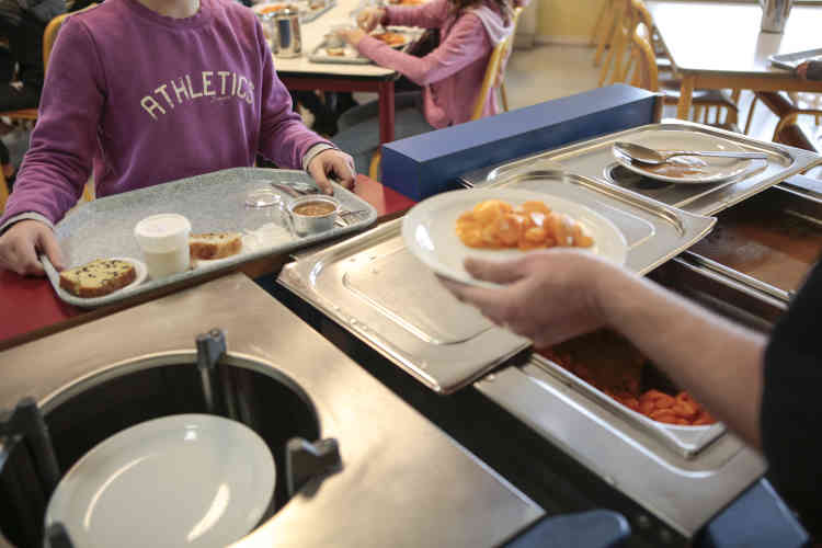 Pour réduire le gaspillage, Patrice Michalon et Virginie Siena, qui servent en direct les élèves et « les incitent à goûter de tout », adaptent les quantités dans l'assiette en fonction de l'enfant.