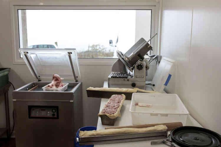 Dans ce laboratoire, Dominique Pupier, l'un des trois associés,découpe la viande et la transforme, notamment, en saucissons secs, à cuire, pâtés en croûte et saucissons briochés.