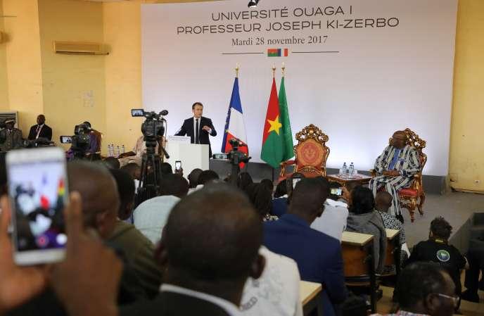 Le président français, Emmanuel Macron, au côté de son homologue burkinabé, Roch Marc Christian Kaboré (à droite), à l'université deOuagadougou, le 28 novembre 2017.